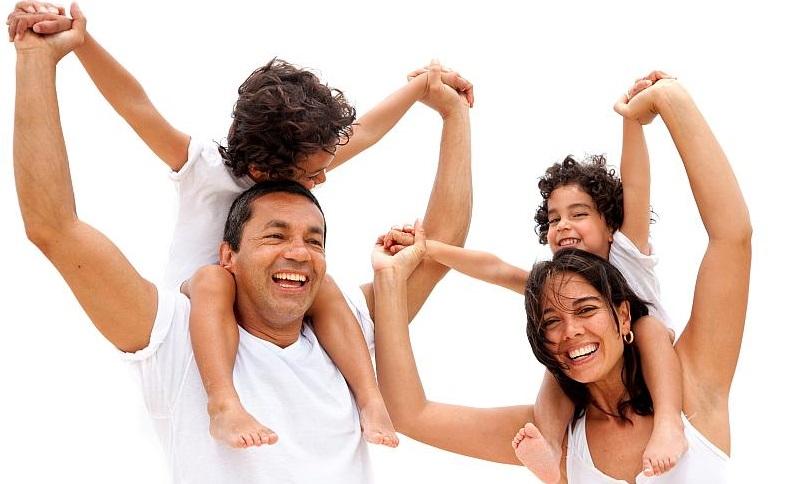 Familie genießt Leben durch richtige Versicherungen