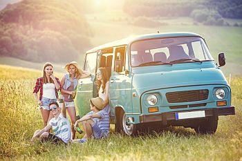 Junge Menschen neben einem Auto