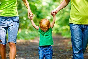 Eltern beim spazieren mit Kind