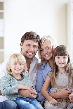 Junge glückliche Familie mit Kindern