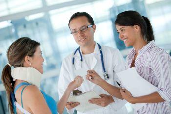 Junge Frau beim Arzt