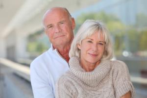 Glückliches Seniorenpaar mit Unfallversicherung