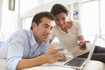 Junges Paar vegleicht Hausratversicherungen online
