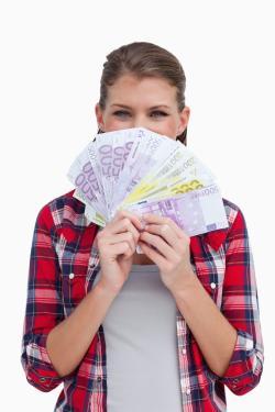 Was darf eine Hausratversicherung kosten? Frau mit Geldscheinen