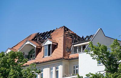 Kaputtes Dach nach einem Brand - Hausratversicherung übernimmt