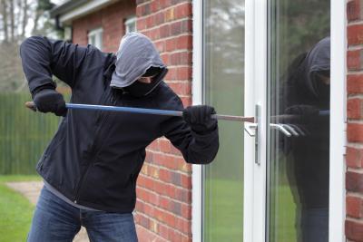 Wie sinnvoll ist die Hausratversicherung - Einbrecher am Haus