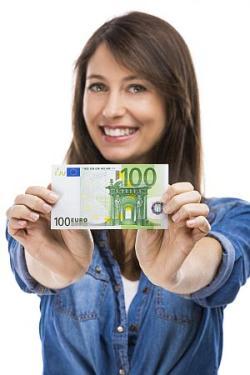 Junge Frau hält 100 Euro schein vor sich - Beste Hausratversicherung