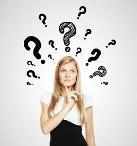 Junge Frau ist über Leistungen der Hausratversicherung überrascht