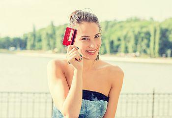 Junge Studentin mit EC-Karte