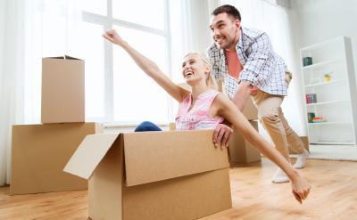 Mann schiebt Frau im Karten - Hausratversicherung