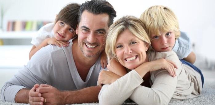 Glückliche Familie mit Kinder - durch Unfallversicherung abgesichert