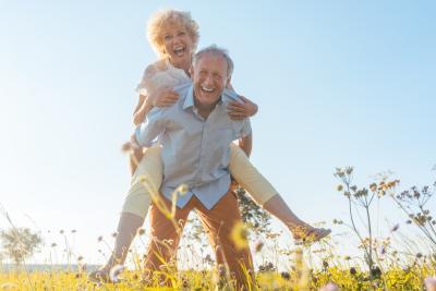 Glückliches Ehepaar mit geringen Kosten für private Pflegeversicherung